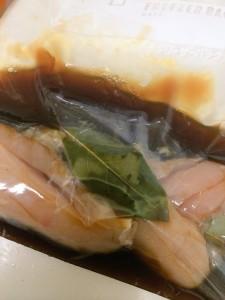 鶏ササミをソミュール液に漬け込む