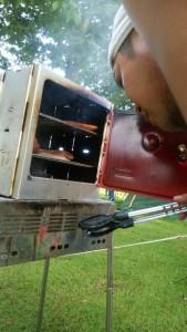 キャンプで持ち運びに便利な燻製道具を紹介