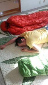 寝袋に囲まれて寝る