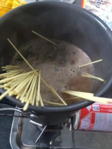 熊本もっこすラーメンの替え玉はスープを再度加熱して麺を入れる
