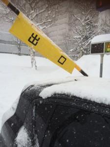アクアで雪道にハマる