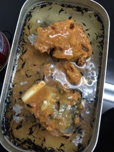 メスティンにさば味噌の缶詰を入れて炊き込みご飯にした