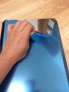 ユニフレームフォールディングスモーカーFS600の青いビニールを剥がす