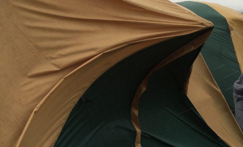 北海道の京極キャンプ場でタープが曲がるほどの強風