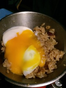 燻製チャーハンの炊き込みご飯には生卵や温玉が合う!