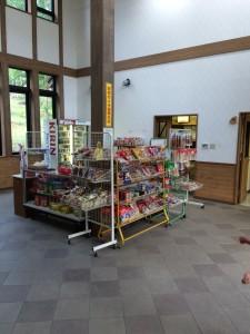 岩尾内湖白樺キャンプ場のセンターハウスには売店もある