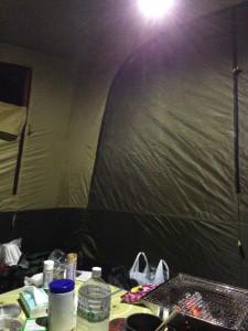 ジェントスSOL-013Cはコールマンのスクリーンタープや2ルームテントの前室を1個で明るくします