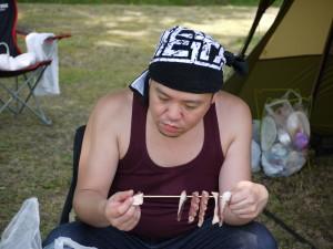 タコの燻製を作成中のキャンプ王編集長