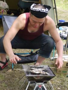 ヤマメを焼くキャンプ王編集長