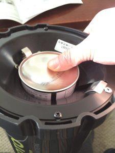 SOTO虫の寄りにくいランタンST-233のガス缶の刺し方