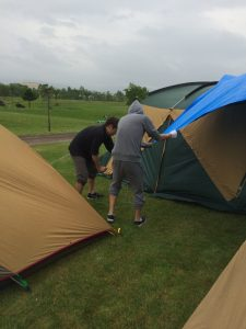 暴風でテントのポールが抜け突き刺さる