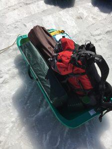 錠剤ん軽キャンプ場は冬、ソリで荷物運び