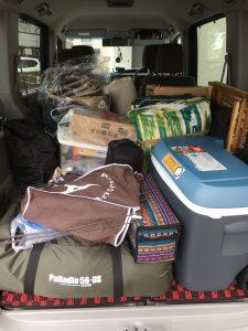 お座敷スタイル家族3人分のキャンプの荷物