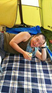 ファミリーキャンプでくつろぐキャンプ王