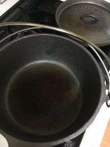 ダッチオーブン1回めオリーブオイル塗り終わり