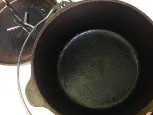 ダッチオーブンを使い込んだ黒光り