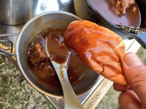 ビーフシチューと炭で焼いたパン