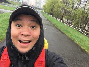 雨の豊平川を歩くキャンプ王