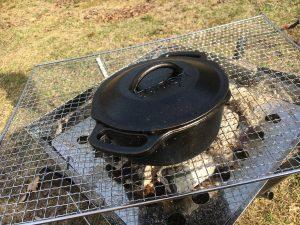 ユニフレームファイアーグリルでダッチオーブン料理