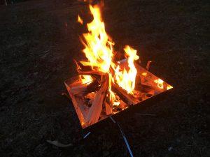 ユニフレームファイアーグリルで焚き火