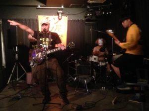 バンド活動中のキャンプ王