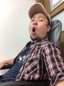 コールマンの椅子でくつろぐキャンプ王